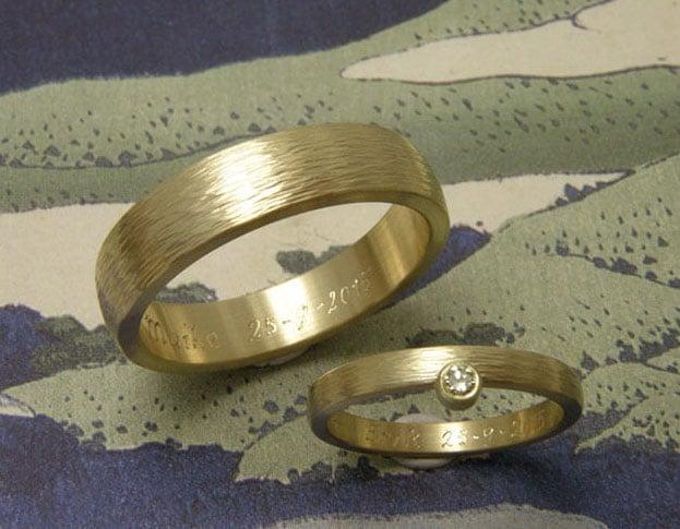 Trouwringen 'ritme'. Geelgouden ring met hamerslag en diamant. Geelgouden ring met hamerslag. Trouwringen uit het Oogst atelier in Amsterdam.
