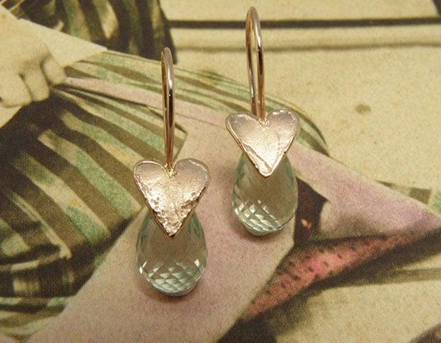 Roodgouden Hartje oorsieraden met briolet geslepen prasioliet. Rose gold earrings Hearts with briolet cut prasiolite. Oogst goudsmid Amsterdam