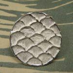 Zilveren wasstructuur speld met Japans golf patroon. Silver wax structure pin with Japanese wave pattern. Oogst goudsmeden Amsterdam.
