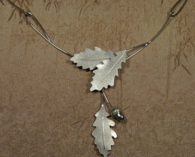 Witgouden gedenksieraad. Collier Eik. Necklace Oak. White gold Commemorative jewel. Oogst goudsmid Amsterdam