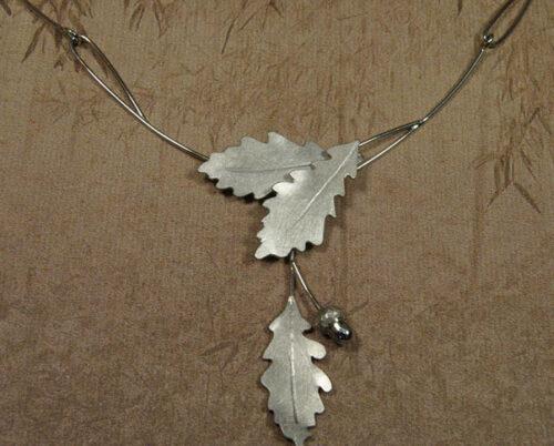 Witgouden gedenksieraad. Collier Eik. Necklace Oak. White gold Commemorative jewel. Oogst goudsmid Amsterdam