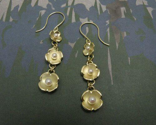 Geelgouden Lotus bloemen met parels. Yellow gold earrings Lotus with pearl details. Oogst goudsmid Amsterdam.