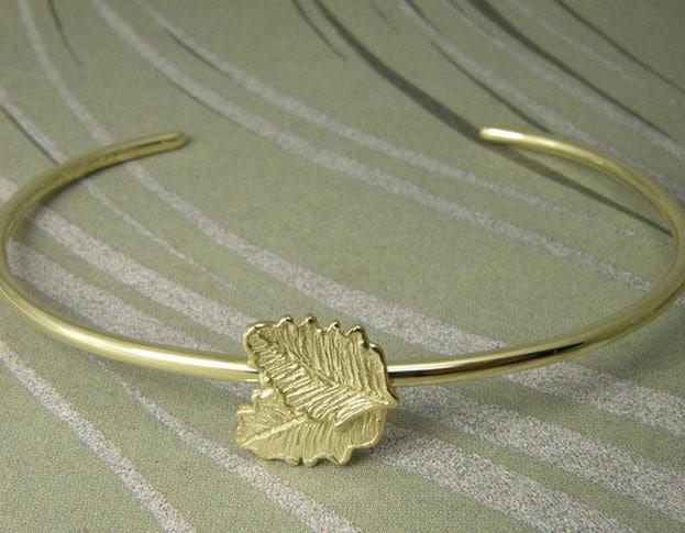 Geelgouden armband met blaadjes. Baargoud. Geboortesieraad. Yellow gold bracelet with leafs. Push present. Birth gift. Oogst goudsmid Amsterdam