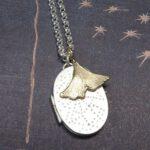 Zilveren medaillon en geelgouden Ginkgo hanger. Gedenksieraad. Silver medallion and yellow gold Ginkgo pendant. Commemorative jewel. Oogst goudsmid Amsterdam