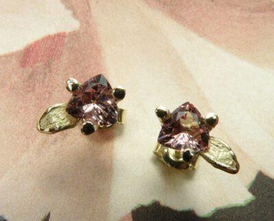Geelgouden oorsieraden Blaadjes met roze granaat. Yellow gold earrings Leafs with pink garnets. Oogst goudsmid Amsterdam
