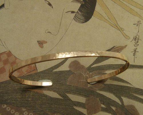 Roodgouden armband Ritme, klemarmband met hamerslag. Bruidssieraad. Uit het Oogst goudsmid atelier. Rose gold bracelet Rhythm, cuff with hammering. Bridal jewellery. Made in the Oogst goldsmith studio.