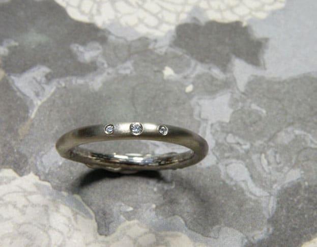 Verlovingsring 'Eenvoud'. Witgouden ring van twijgje overlopend in strakke ring met 3 diamanten. Engagement ring 'Simplicity'. White golden ring of twig transforming into sleek ring with 3 diamonds. Uit het Oogst atelier Amsterdam.