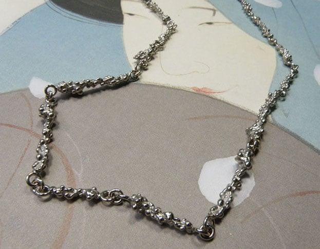 Witgouden Bessen collier. White gold Berries necklace. Uit het Oogst goudsmid atelier. Made in the Oogst goldsmith studio.