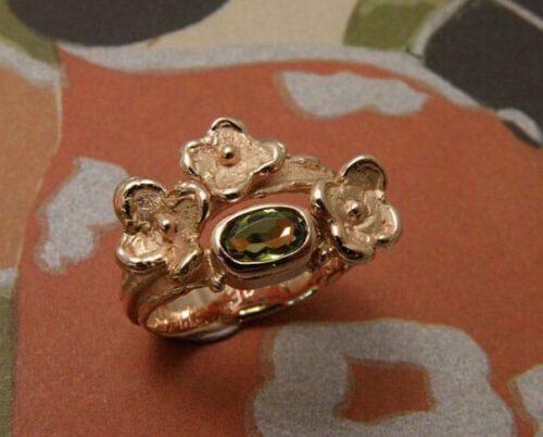 Ring bloemen met peridoot, van eigen oud goud gemaakt. Ring flowers with peridote, created from heirloom gold. Push present. Baargoud. Oogst goudsmid Amsterdam