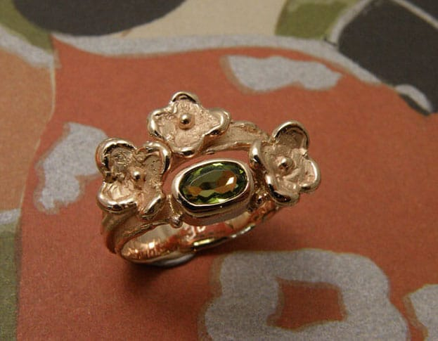 Ring bloemen met peridoot, van eigen oud goud gemaakt. Ring flowers with peridote, created from heirloom gold. Push present. Baargoud. Oogst goudsmid Amsterdam
