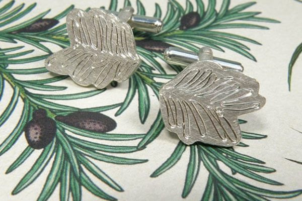 Manchetknopen hortus collectie met handgravure van taxus in zilver. Silver cuffs with hand engraving Taxus. design by oogst Amsterdam