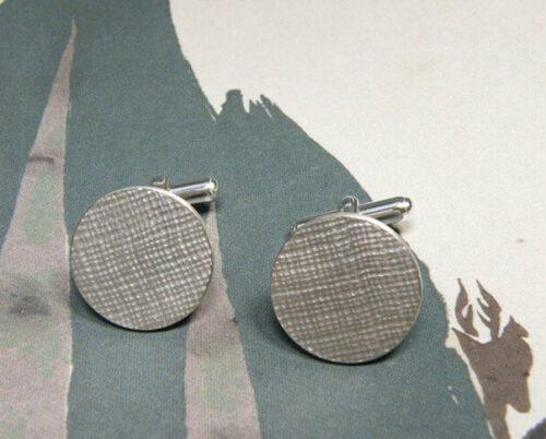 Zilveren manchetknopen met structuur. Silver textured cuff links. Uit het Oogst goudsmid atelier. Made in the Oogst goldsmith studio.