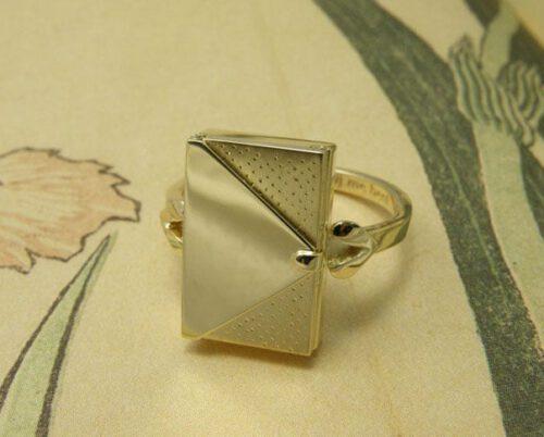 Geelgouden ring met patronen. Assieraad. Yellow gold ring with textures. Commemorative jewel. Oogst goudsmid Amsterdam