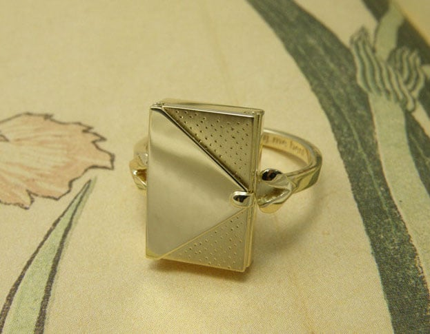 Geelgouden ring met patronen. Assieraad. Yellow gold ring with textures. Commemorative jewel. Oogst goudsmid Amsterdam