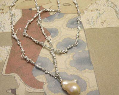 Zilveren besjes schakels met zachtroze nucleus parel. Silver berries necklace with soft pink nucleus pearl. Uit het Oogst atelier Amsterdam.
