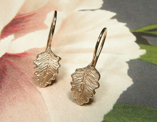 Earrings rose gold leafs. Design by goldsmith Oogst in Amsterdam.  Blog about the Oogst craftswomanship.
