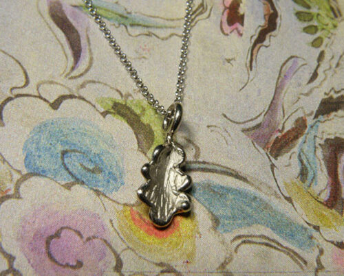 Witgouden eikenblaadje aan verfijnd schakelcollier. White golden oak leaf on fine necklace. Oogst goudsmeden Amsterdam.