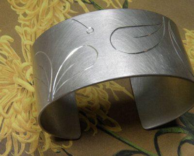 Zilveren klemband met handgravure van bladeren. Silver cuff with hand engraved leafs. Uit het Oogst Atelier Amsterdam.