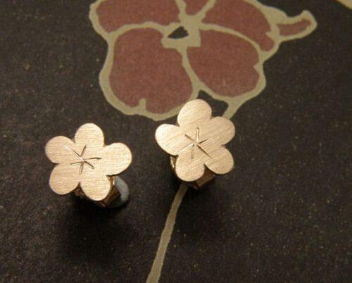 Roodgouden kersenbloesem oorstekers. Rose golden cherryblossom earstuds. Oogst goudsmeden Amsterdam.