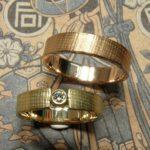 Trouwringen Linnen. Geelgouden ring met diamant. Roodgouden ring. Wedding rings Linen Yellow gold ring with diamond. Rose gold ring. Oogst goudsmid Amsterdam. Huwelijksringen Edelsmid.
