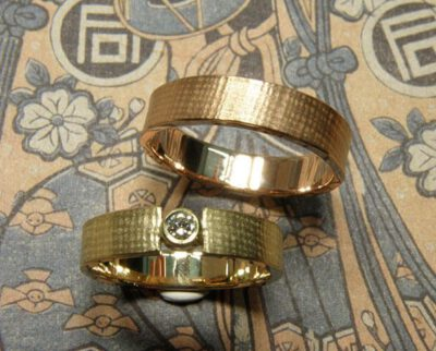 Trouwringen Linnen. Geelgouden ring met diamant. Roodgouden ring. Wedding rings Linen Yellow gold ring with diamond. Rose gold ring. Oogst goudsmid Amsterdam. Huwelijksringen Edelsmid.