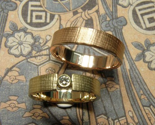 Textured Wedding rings Linen. Yellow gold ring with diamond. White gold ring. Oogst goldsmith Amsterdam.