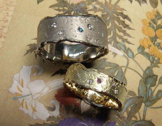 Structuur trouwringen met diamant. Brede erosie ringen witgoud en geelgoud met sterrenhemel diamant.