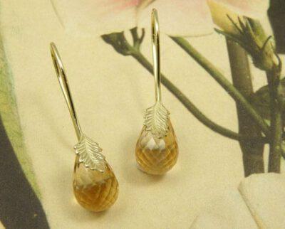 Geelgouden blaadjes met krul en citrien. Yellow golden leaf earrings with citrine. Oogst goudsmeden Amsterdam.