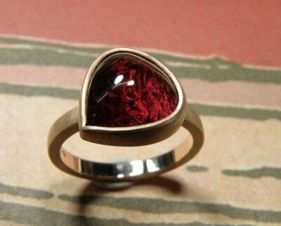 roodgouden ring met druppelvormige donkerroze toermalijn. Rose golden ring with dropshape dark pink tourmaline. Oogst goudsmeden Amsterdam.