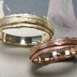Trouwringen 'Erosie'. Roodgouden gelaagde ring. Geelgouden gelaagde ring. Wedding rings 'Erosion'. Rose golden layered ring. Yellow golden layered ring. Oogst goudsmeden Amsterdam.