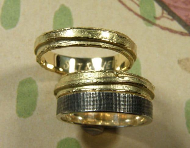 organische trouwringen in geelgoud in combinatie met zilveren linnen structuur ring.