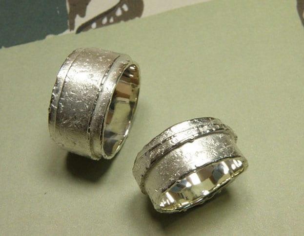 Organische trouwringen zilver. Brede erosie ringen, gelaagd model