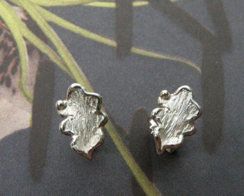 Zilveren eikenblaadjes oorstekers. Uit het Oogst atelier Amsterdam.