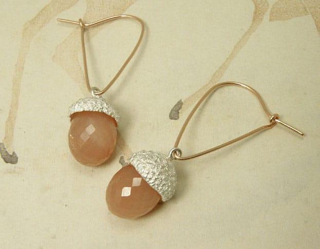 Roodgouden oorhaakjes met zilveren eikendopjes en roze maanstenen. Rose golden earrings with silver acorns and pink moonstones. Uit het Oogst atelier Amsterdam.