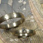 Trouwringen 'Ritme'. Witgouden ring met diamant. Witgouden ring. Wedding rings 'Rhythm'. White golden ring with diamond. White golden ring. Oogst goudsmeden Amsterdam.