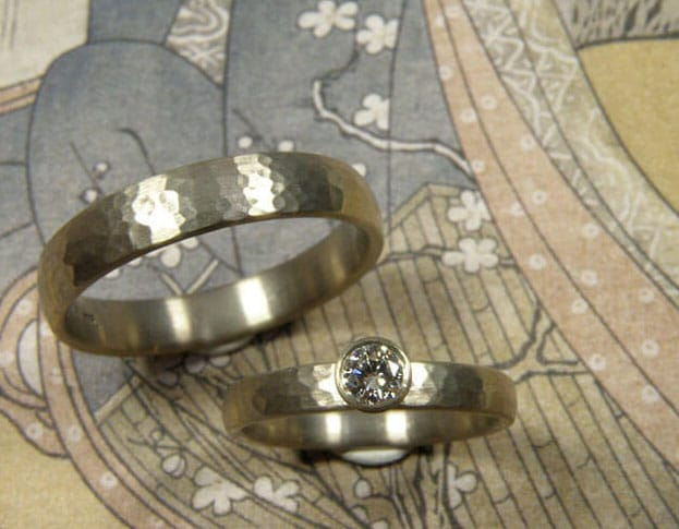 Trouwringen 'Ritme'. Witgouden ring met diamant. Witgouden ring. Wedding rings 'Rhythm'. White golden ring with diamond. White golden ring. Oogst goudsmeden Amsterdam.