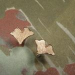 Roodgouden ginkgo blaadjes oorstekers. Rose golden ginkgo leafs earstuds. Oogst goudsmeden Amsterdam.