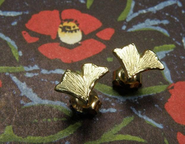 Geelgouden ginkgo blaadjes oorstekers. Yellow golden ginkgo leafs earstuds. Oogst goudsmeden Amsterdam.