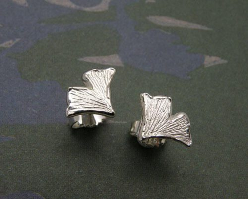Zilveren ginkgo blaadjes oorbellen. Silver ginkgo leafs earstuds. Oogst goudsmeden Amsterdam.