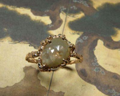 roodgouden twijgjesring 'Sprookjes' met groene diamant. Rose golden twigring 'Fairytales' with green diamond. Uit het Oogst atelier Amsterdam.