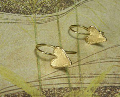 Geelgouden hartjes met krul. Yellow golden heart earrings. Uit het Oogst atelier Amsterdam.