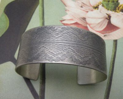 Zilveren geoxideerde klemband met kant afdruk. Silver oxidized cuff with lace texture. Oogst Amsterdam.