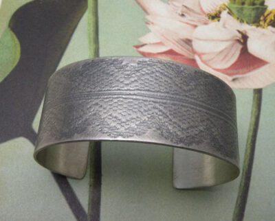 Zilveren geoxideerdeklemband met kant afdruk. Silver oxidized cuff with lace texture. Oogst Amsterdam.