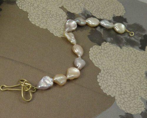 Armband met keshi parels en geelgouden knoop sluiting. pearl bracelet with yellow gold knot clasp. Oogst Amsterdam. Blog alles over Parels.