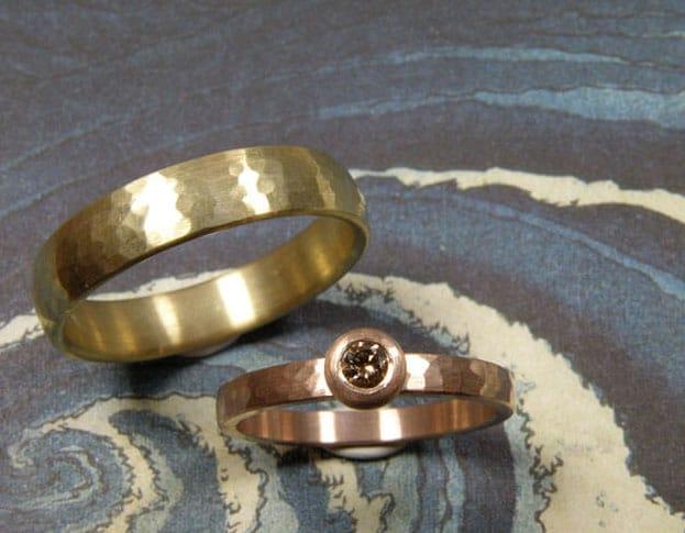 Golden hammered 'Rhythm' wedding rings. Oogst goldsmith Amsterdam.