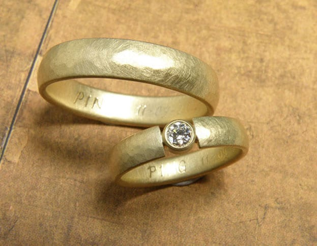 Yellow golden hammered 'Rhythm' wedding rings with diamond. Oogst goldsmith Amsterdam.