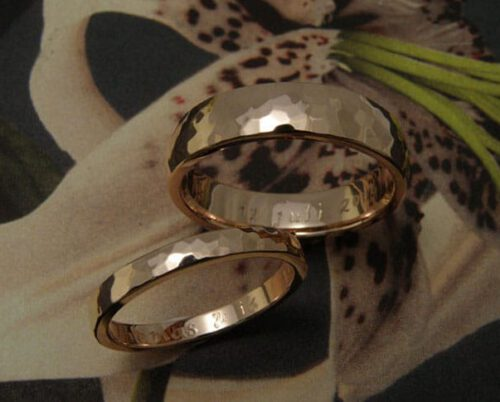 Rose golden hammered 'Rhythm' wedding rings. Oogst goldsmith Amsterdam.