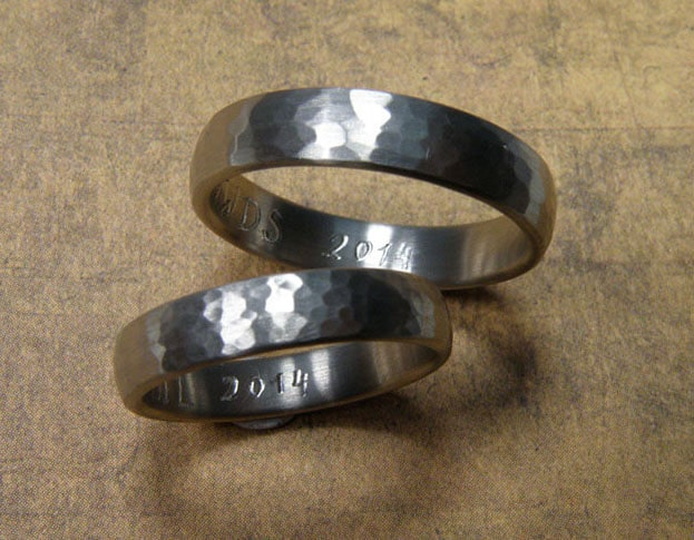 White golden hammered 'Rhythm' wedding rings. Oogst goldsmith Amsterdam.