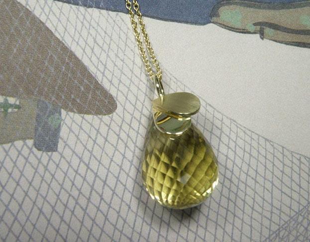 Geelgouden fijn schakelcollier met lemoniet en geelgouden blaadjes hanger. Yellowgolden necklace with lemonite and yellow golden leaf pendant. Uit het Oogst atelier Amsterdam.