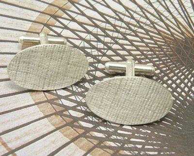 Zilveren ovale manchetknopen met linnenstructuur. Silver oval cufflinks with linnen structure. Uit het Oogst atelier Amsterdam.